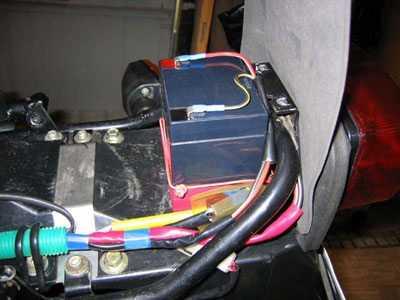 Аккумулятор размещался под сиденьем мотоцикла у заднего стоп-сигнала