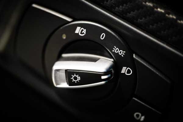 Автоматический выключатель фар ближнего света в некоторых моделях предполагает передвижения регулятора в специальный режим, иногда его помечают буквой «А»