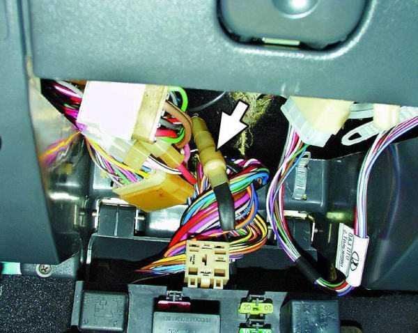 Чтобы добраться до предохранителя ПТФ, необходимо извлечь монтажный блок из ниши панели приборов своими руками