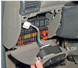 Модуль управления светом (МУС) автомобиля Лада Калина имеет кнопку противотуманок, отвечающую за работу задних фонарей. За ним также прячется и блок предохранителей
