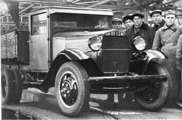 На фото - первый полуторатонный грузовик НАЗ-АА