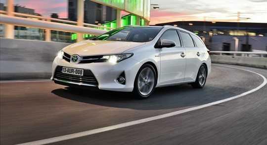 На фото: правильно подобранная лампа ближнего света Toyota Auris обеспечивает отличное качество света