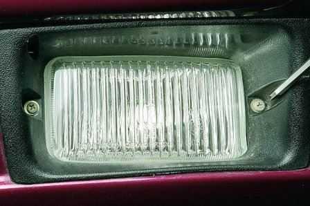 На фото – процесс фиксации ПТФ в переднем бампере