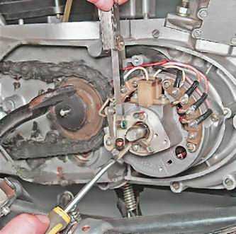 Процесс измерения зазора с помощью щупа