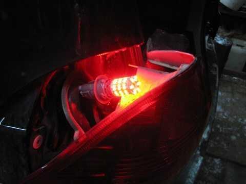 Процесс проверки работоспособности задних фонарей