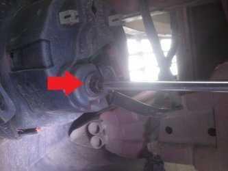 Регулировку следует осуществлять с помощью винта в задней части корпуса