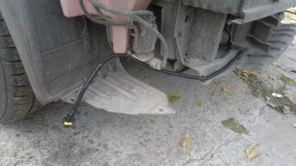 Выведенная из-под капота гофра с проводами для фар и штекером под цоколь Н3
