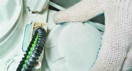 Заглушка должна быть целой и плотно прилегать к корпусу, иначе внутрь будет попадать влага и пыль, что вызовет неисправности в системе и коррозию на металлических элементах