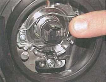 Замена лампы ближнего света Лансер 9 отличается от демонтажа на лансер 10