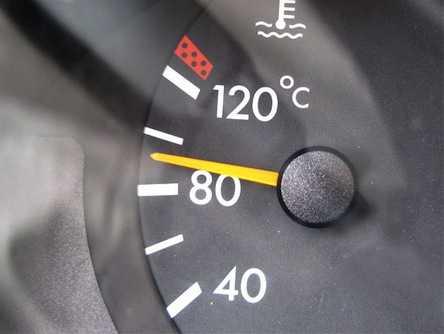 Температурный указатель на панели приборов