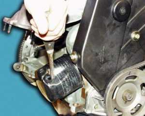 Снятие масляного фильтра при помощи отвертки