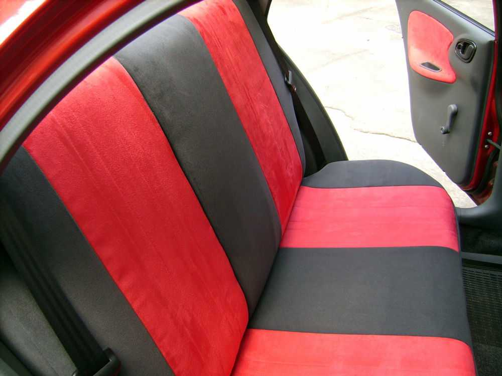Задний ряд сидений в автомобиле с чехлами из велюра