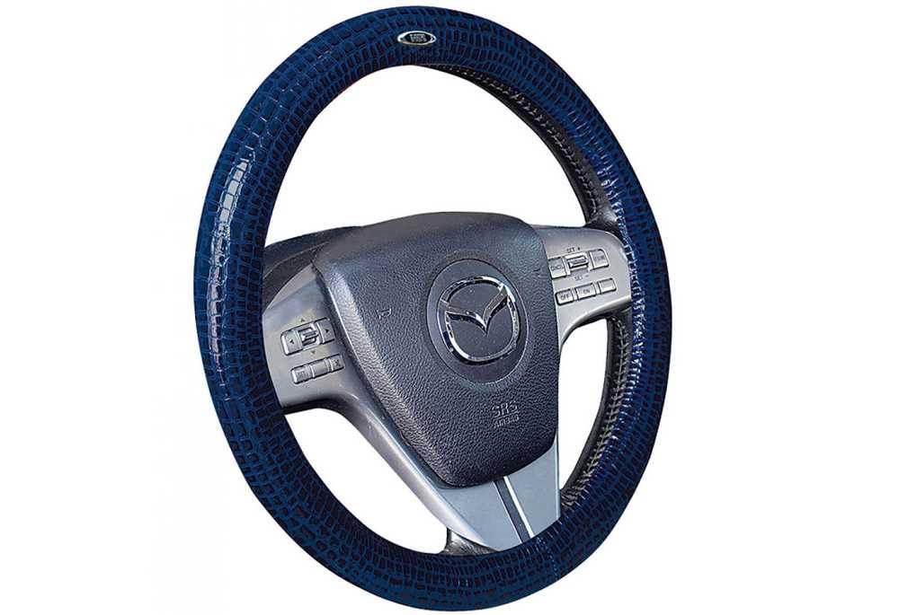 Автомобильный руль с синим чехлом