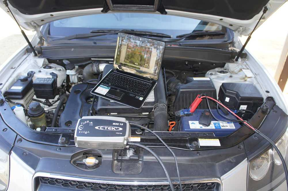 Ноутбук на двигателе автомобиля