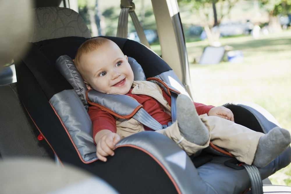 Улыбающийся ребенок в детском кресле