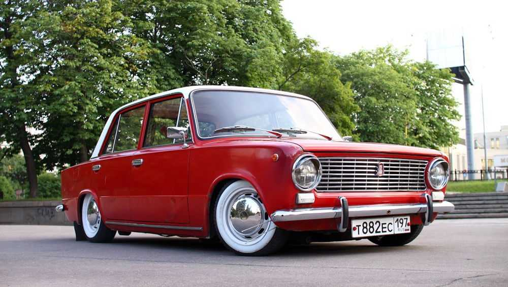 Заниженный ВАЗ-2101 красного цвета