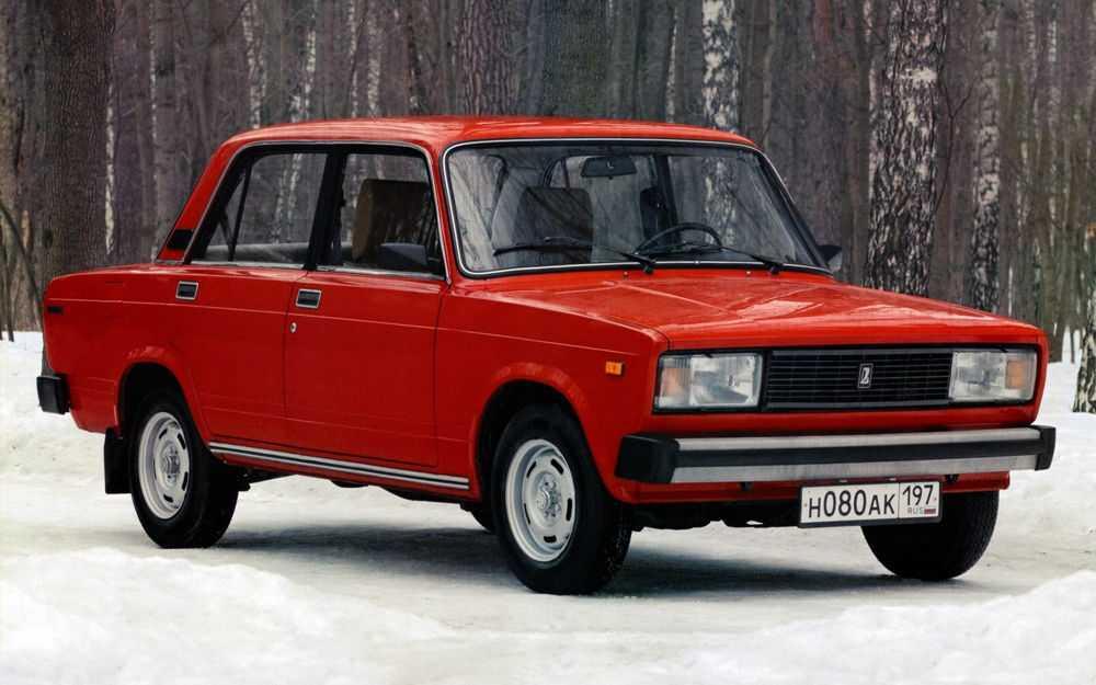 ВАЗ 2105 стоит на снегу