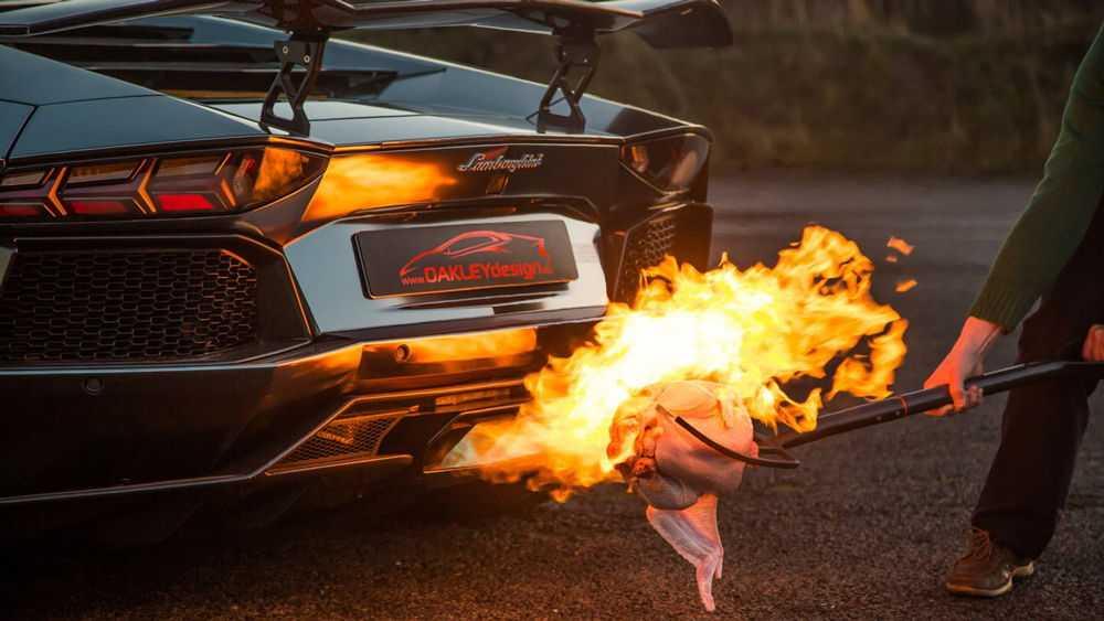 Мужчина жарит курицу на выхлопе Lamborghini