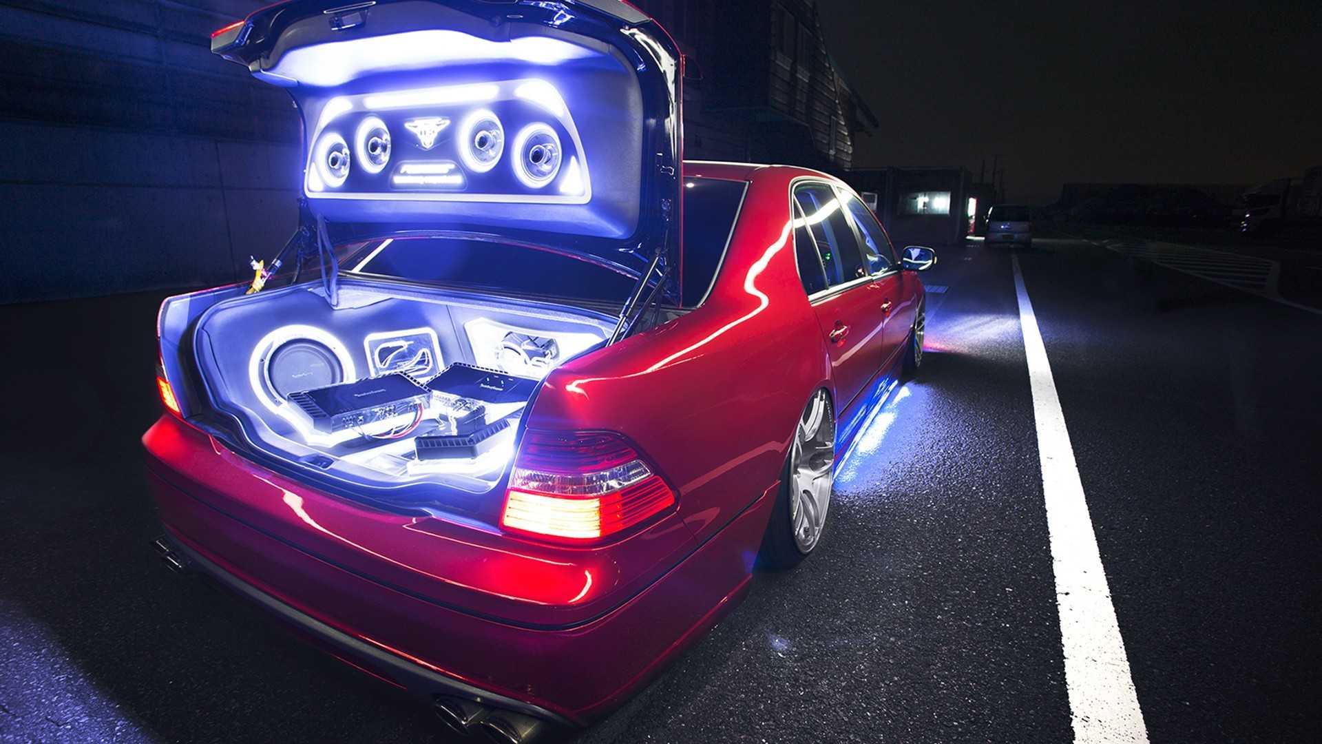 Красный Lexus с хорошим звуком