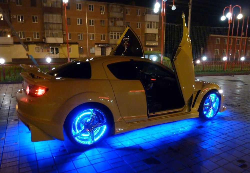 Желтая Mazda RX-8 с подсветкой днища