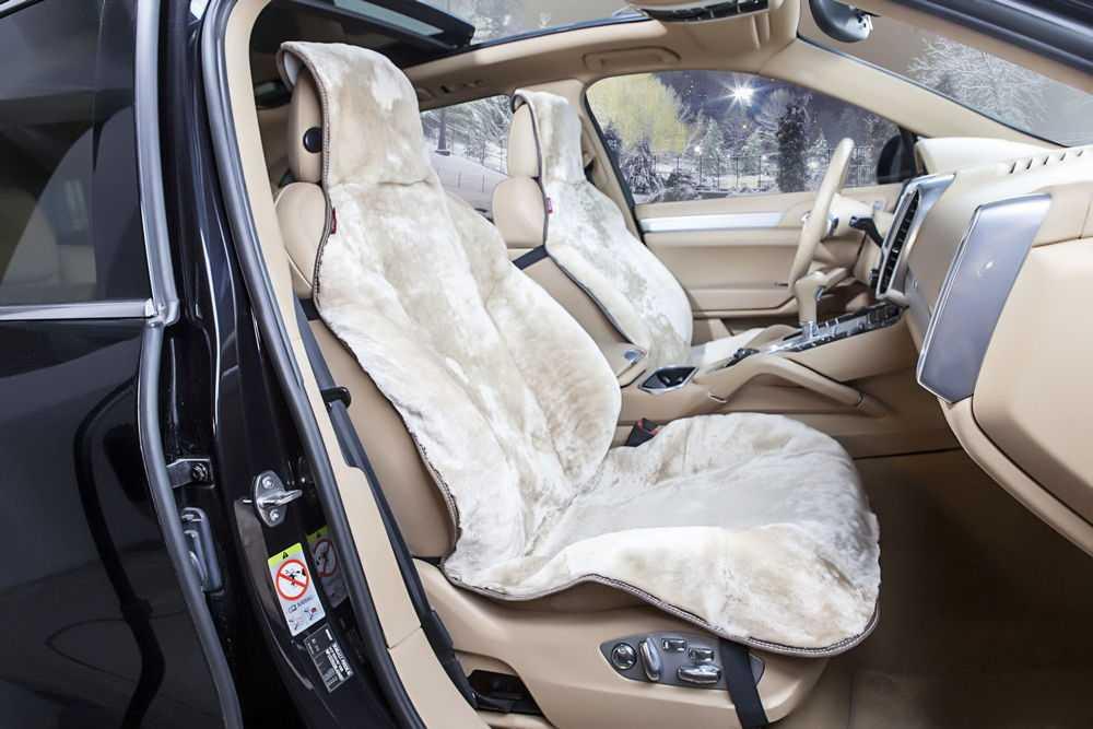 Салон автомобиля с меховыми чехлами на сиденьях