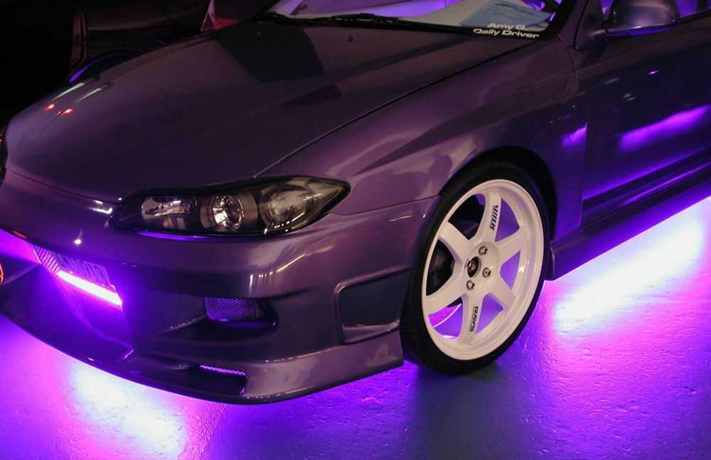Автомобиль с фиолетовой неоновой подсветкой днища