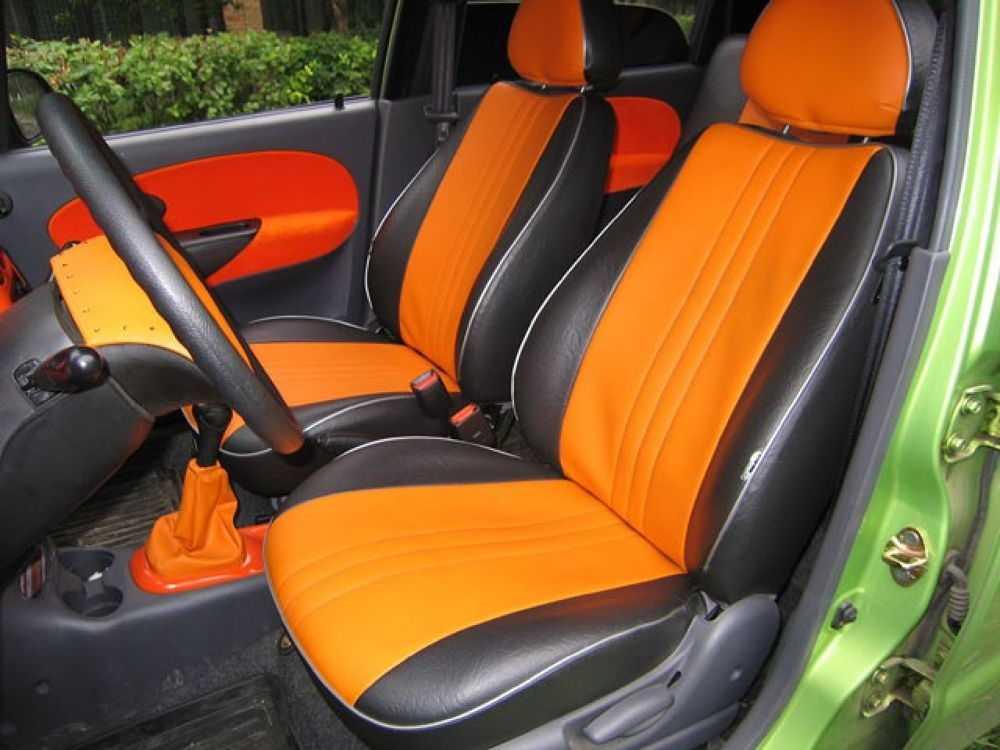 Оранжевые чехлы на сидениях
