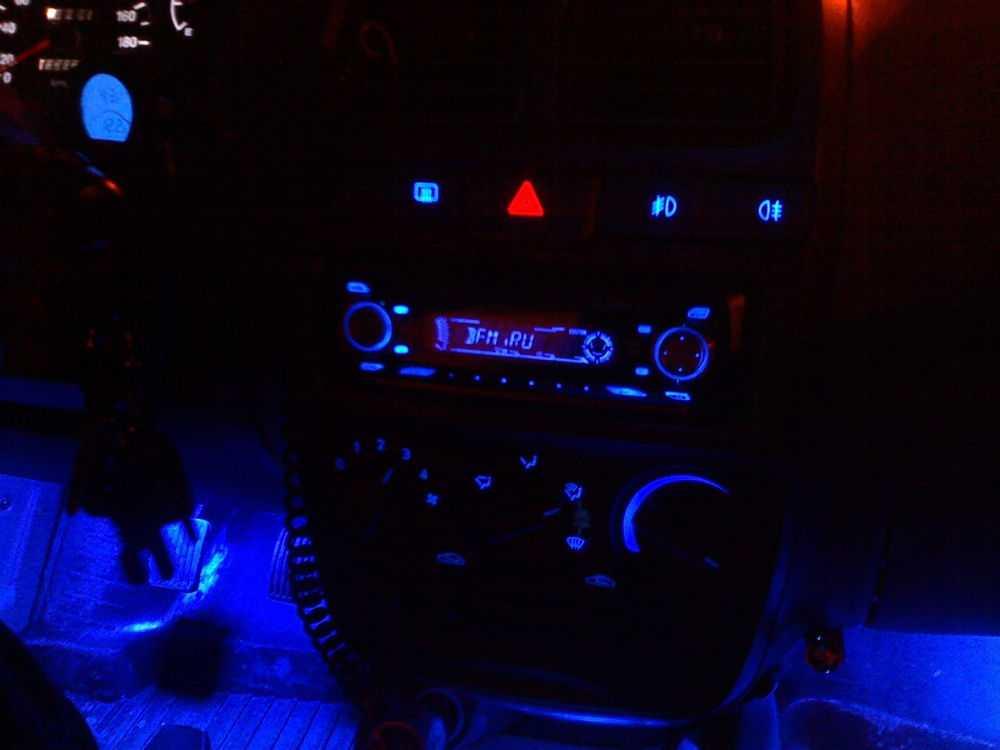 Синяя подсветка в салоне автомобиля
