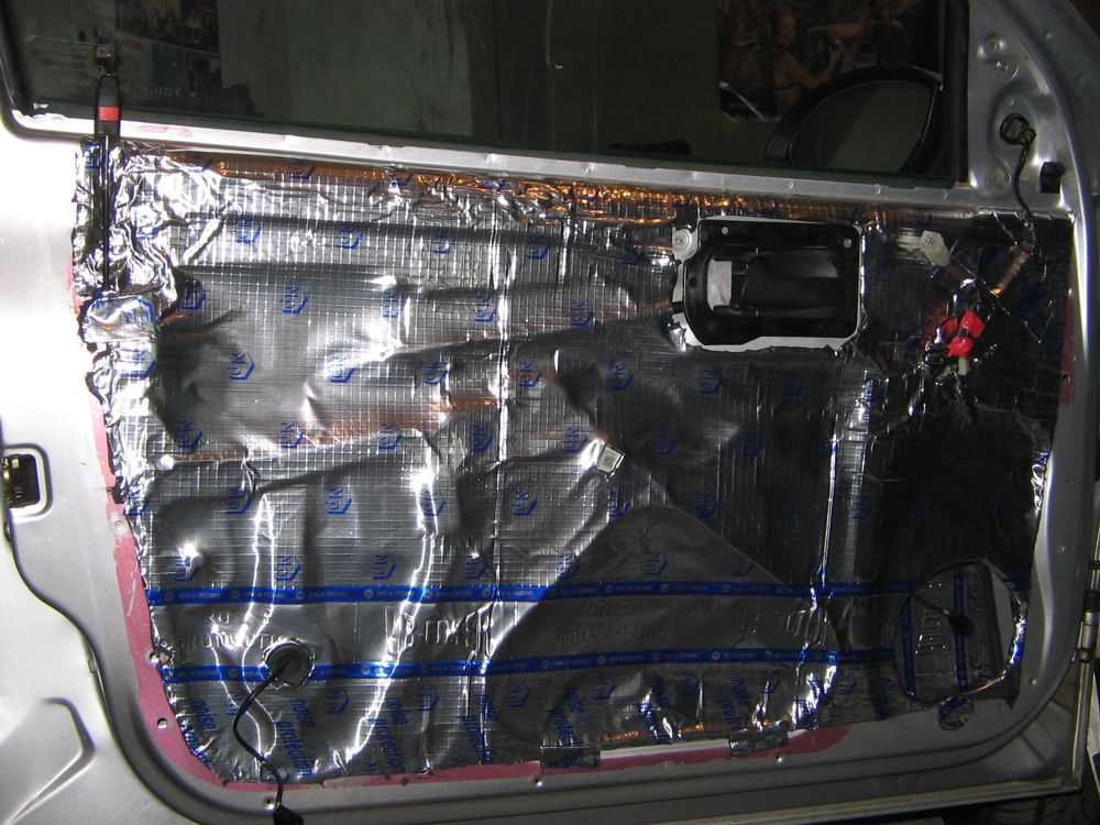 Разобранная дверь автомобиля с шумоизоляцией