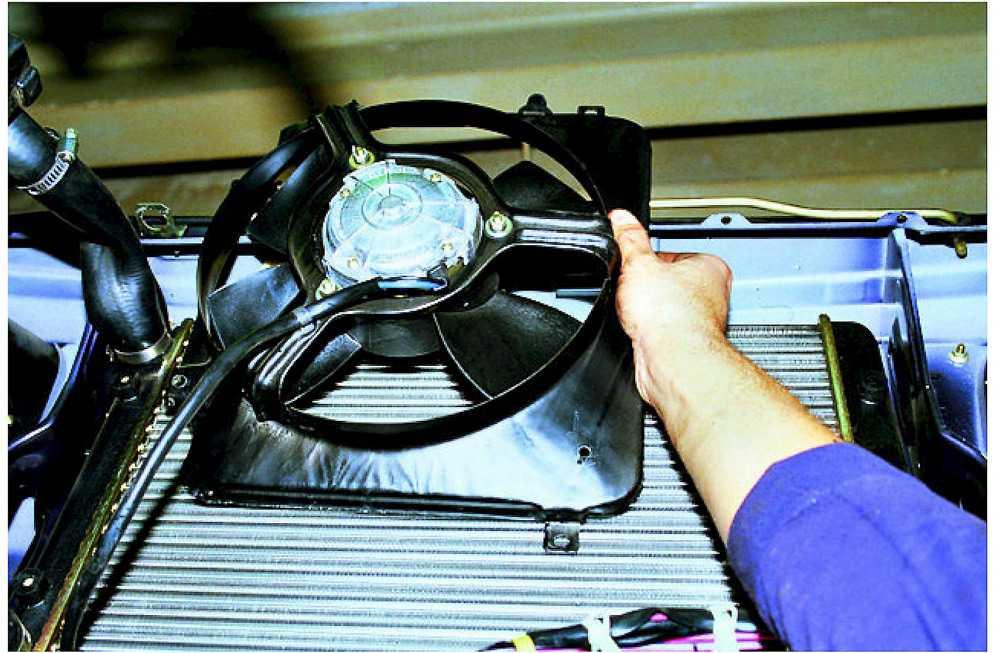 Процесс снятия вентилятора печки