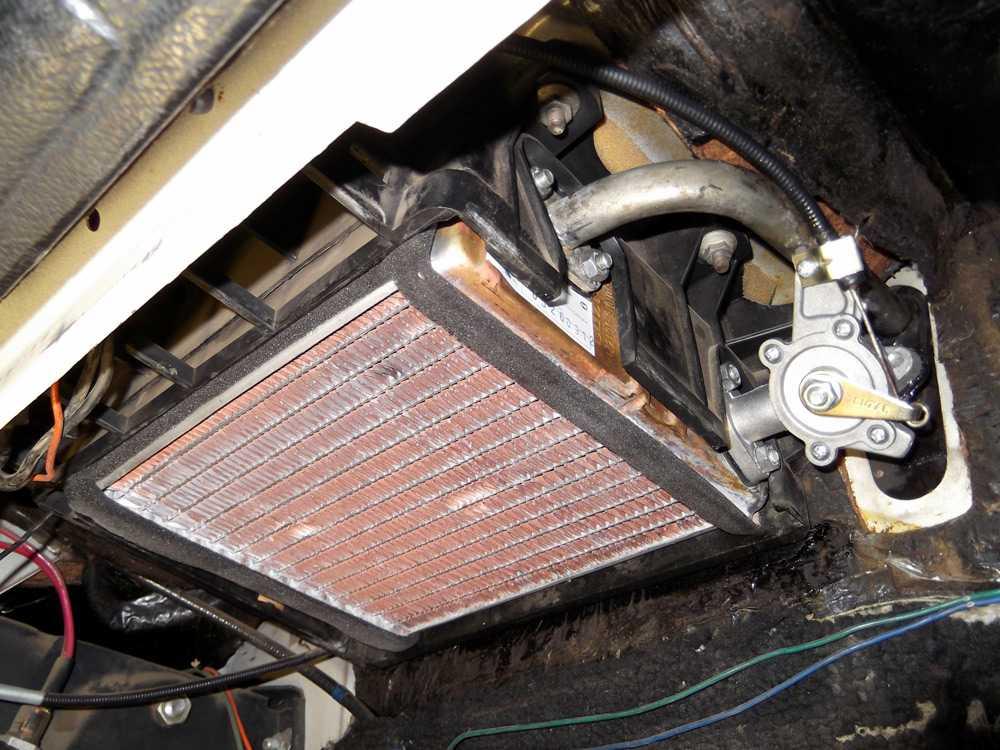 В салоне под приборной панелью находится радиатор системы отопления