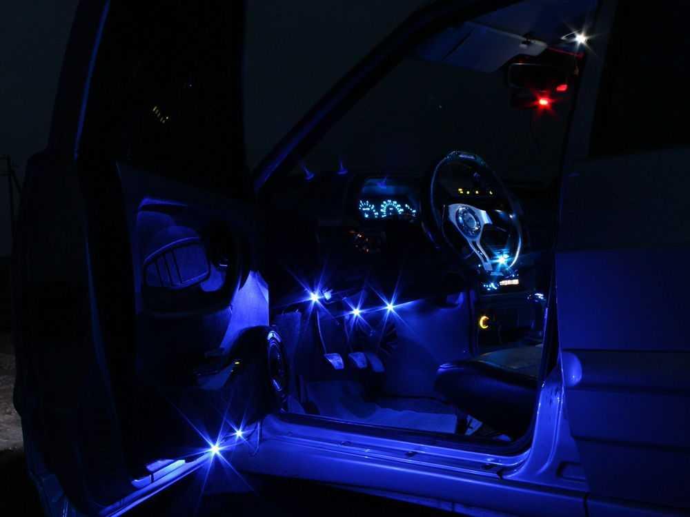 Автомобиль с подсветкой ног и дверей
