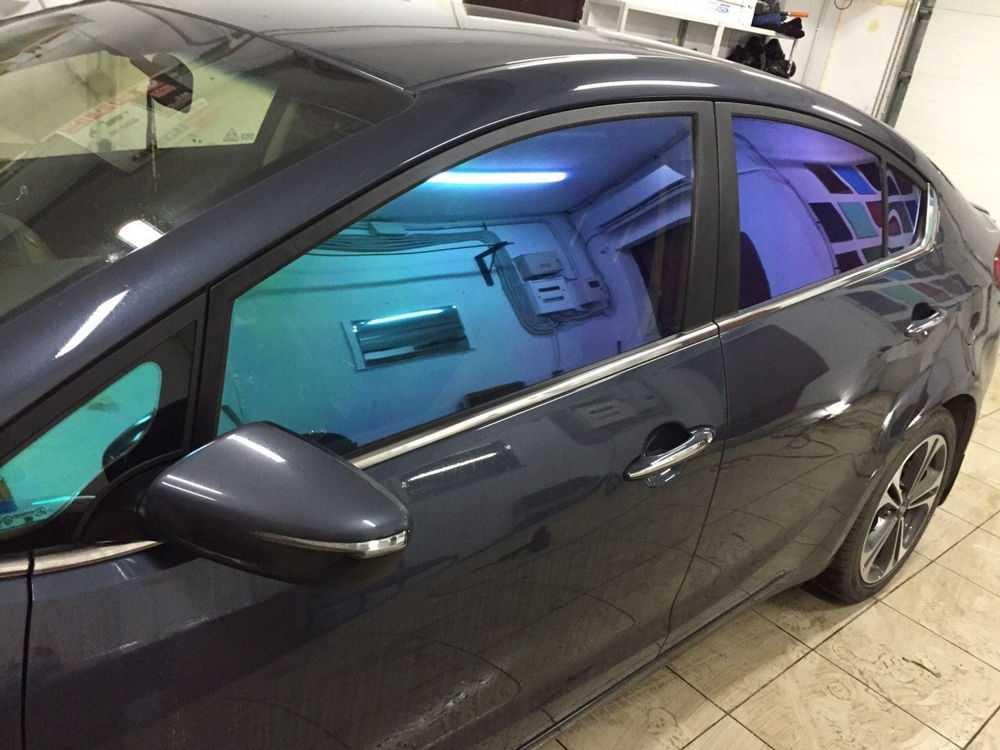 Черный автомобиль с тонировкой стекол