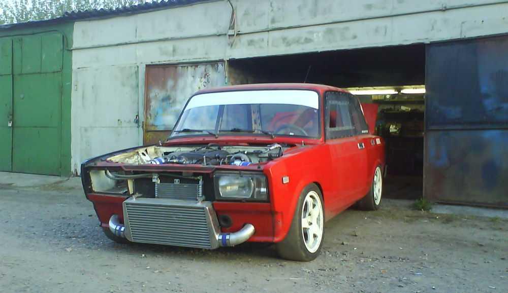 Тюнингованный красный ВАЗ-2105