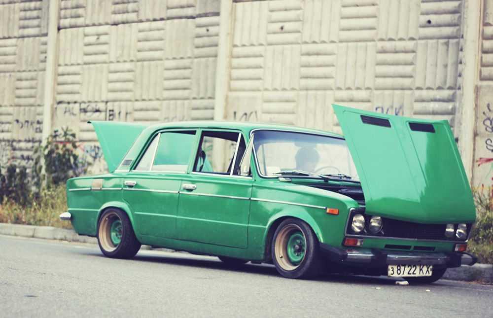 Зеленый ВАЗ-2106 с тюнингом подвески