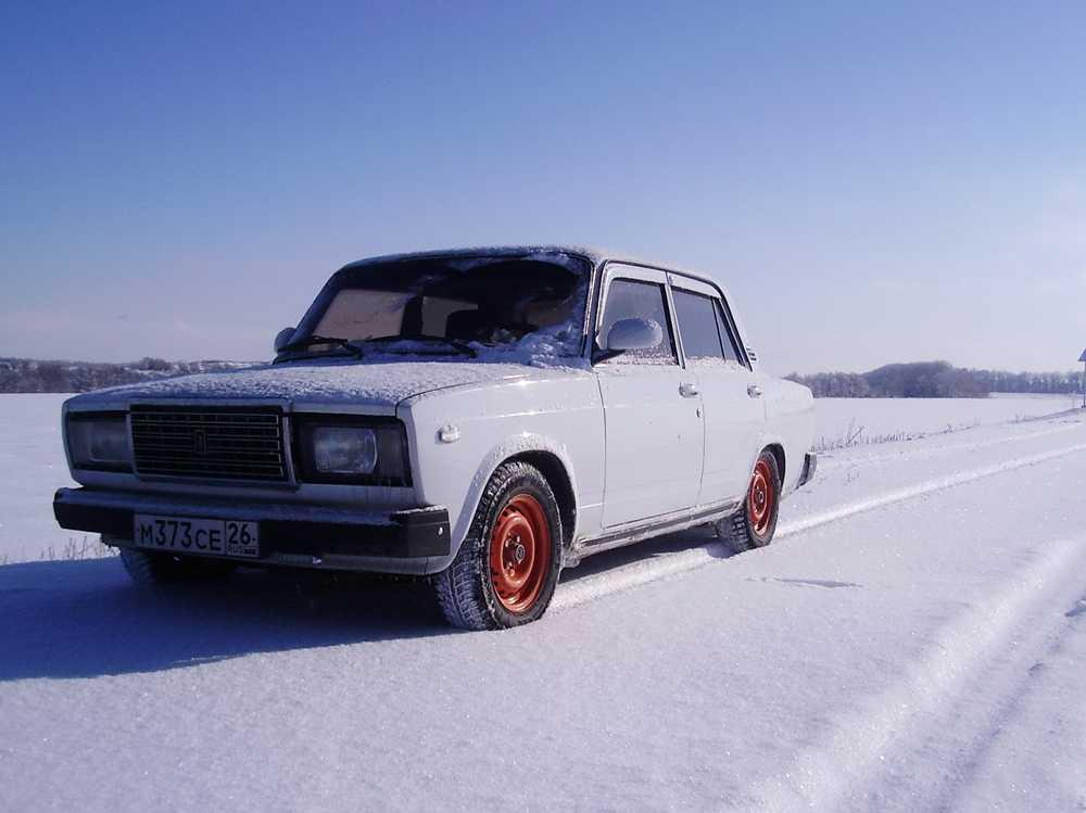 ВАЗ 2107 едет по снегу