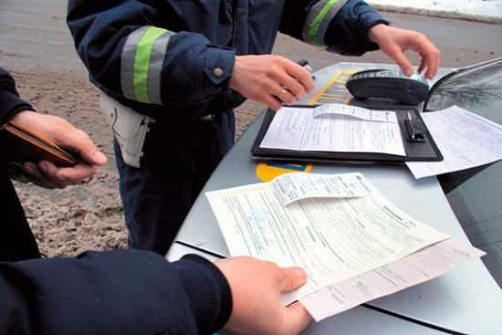 инспектор ДПС выписывает административное постановление