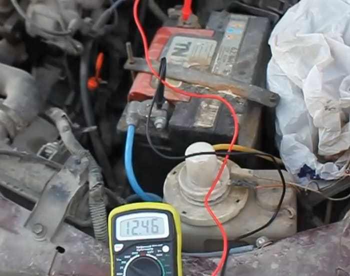 замер напряжения аккумулятора на клеммах мультиметром