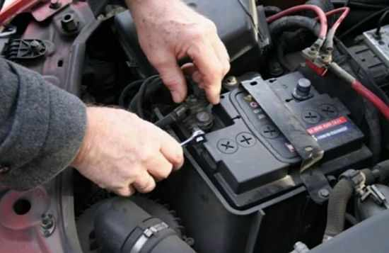 аккумулятор под капотом машины