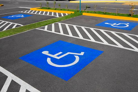 разметка на асфальте места для инвалидов