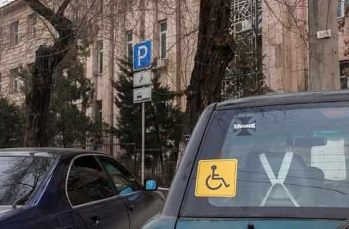 знак инвалид на заднем стекла авто